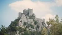 Chateau de Monstegur, sebuah istana di Prancis Selatan yang terletak di puncak tebing curam. Setelah terjadi pengepungan kastil selama 10 bulan, 200 orang tewas dalam api unggun. (Jm_sbd/instagram)