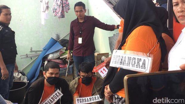 Tiga tersangka memperagakan adegan rekonstruksi pembunuhan hakim Jamaluddin.