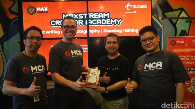 Head of Digital Lifestyle, Crispin P Tristram memberi kenang-kenangan ke Creator Battle of Surabaya/