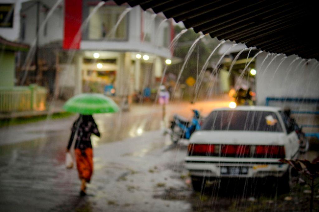 Menerobos Derasnya Hujan