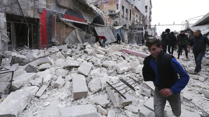 Serangan udara yang menghantam pasar sayur dan toko-toko di kawasan Idlib, Suriah menewaskan belasan orang. Serangan itu juga diketahui melukai puluhan orang.