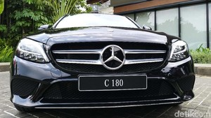 Dua Mobil Anyar Mercedes-Benz Meluncur