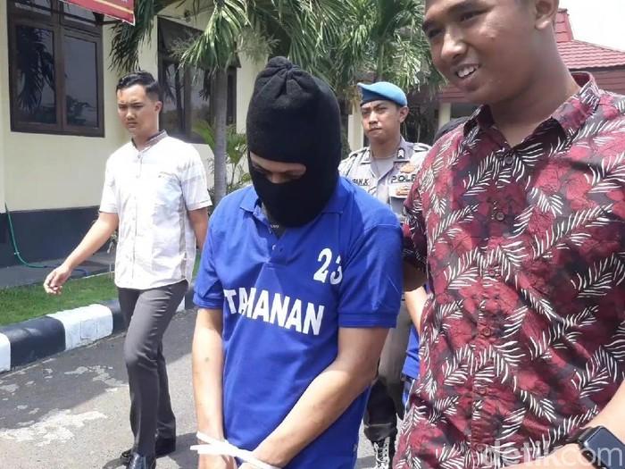 Joko Susilo (38) menggunakan topeng/Foto: Muhajir Arifin