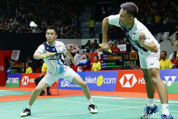 Fajar Alfian/Muhammad Rian Ardianto mengalahkan Ou Xuan Yi/Zhang Nan dalam babak 16 besar Indonesia Masters 2020 di Istora Senayan, Jakarta, Kamis (16/1).
