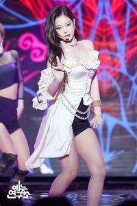 13 Gaya Ikonik Kim Jennie 'Blackpink' yang Disebut 'Human Chanel'