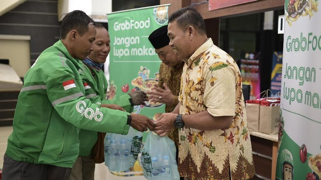 Grab Bagikan Makanan ke Petugas Kebersihan hingga Suster di Surabaya
