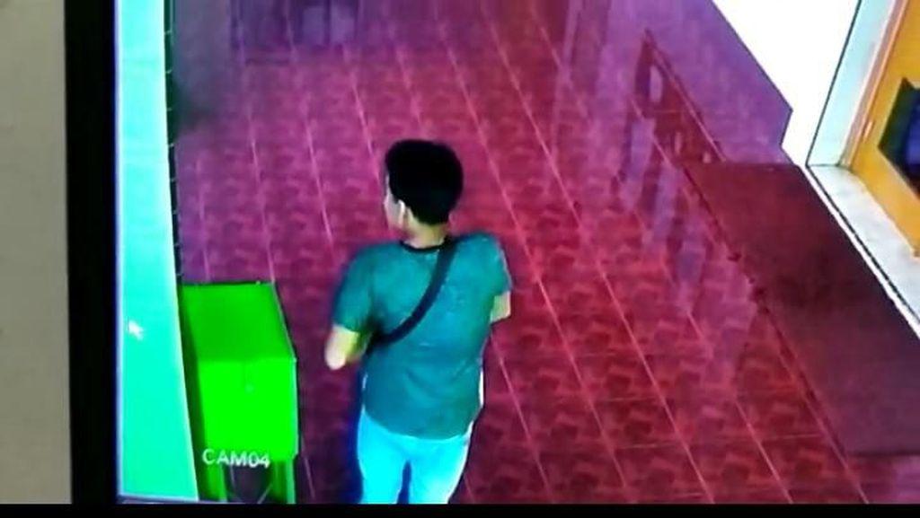 Terekam CCTV, 2 Pria Curi Kotak Amal Masjid di Medan