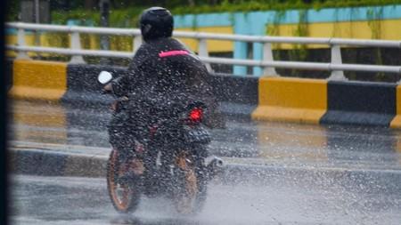 Berangkat Kerja Kehujanan