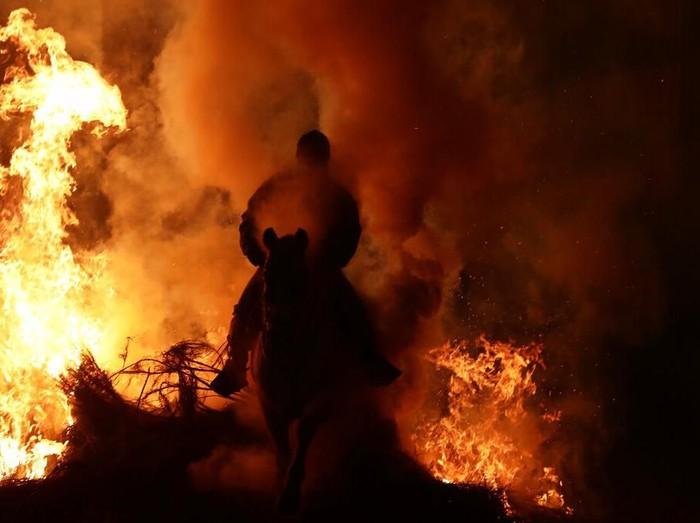 Di bulan Januari warga Spanyol menggelar tradisi Luminaria. Sebuah tradisi dimana warga akan menunggang kuda untuk menerobos kobaran api. Penasaran? Yuk, lihat.