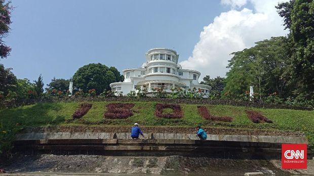 Taman Isola, UPI, tempat Sunda Empire menggelar upacara. Pihak UPI sendiri sudah membantah terlibat dengan kelompok ini.