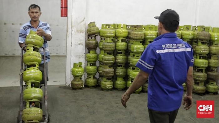 Pekerja merapikan susunan tabung LPG 3 kg di salah satu agen LPG,. Jakarta, Jumat, 17 Januari 2020. Pemerintah berencana melakukan pencabutan subsidi LPG 3 kg dan mengganti subsidi dalam bentuk skema tertutup langsung kepada masyarakat pada pertengahan 2020.