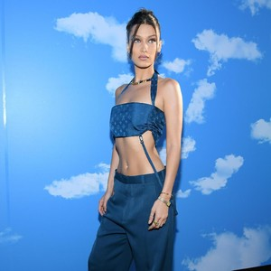 Foto: Perut Rata Bella Hadid Curi Perhatian di Fashion Show Louis Vuitton