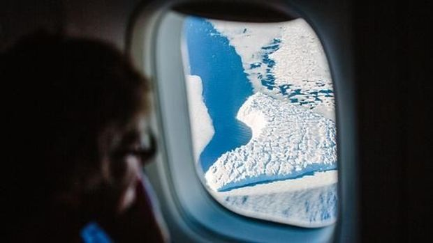Penumpang bisa melihat Antartika dari jendela pesawat