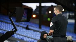 Wasit Liga Inggris Bakal Lebih Sering Lihat Monitor VAR
