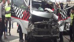 Gagal Menyalip, Mobil Travel Tabrak Truk Boks di Tol Cipali Subang