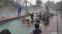Air belerang di Darajat Pass berada di seluruh kolam renang yang ada di sana. Air belerang nan hangat ini mengalir secara alami dari kawasan pegunungan di sana. (Hakim Ghani/detikcom)