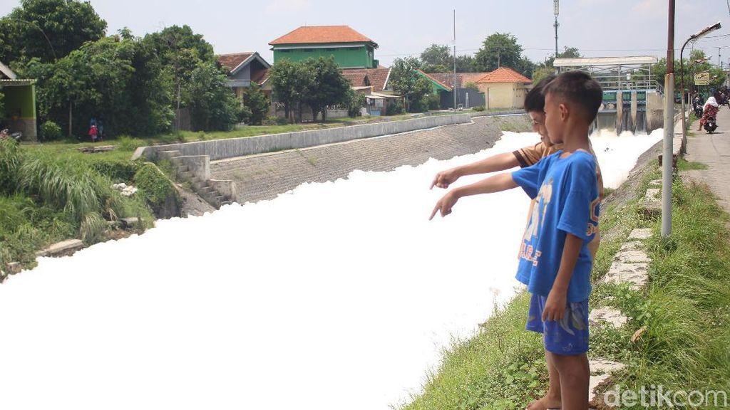 Sungai di Sidoarjo Mendadak Berbuih dan Berbusa