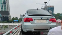 Ban Selip, BMW Coupe Tabrak Pembatas Tol Slipi Saat Konvoi