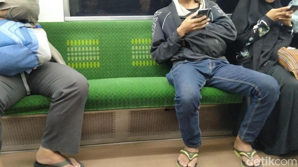 Alasan Pria Duduk Ngangkang di KRL: Ada yang Mengganjal!
