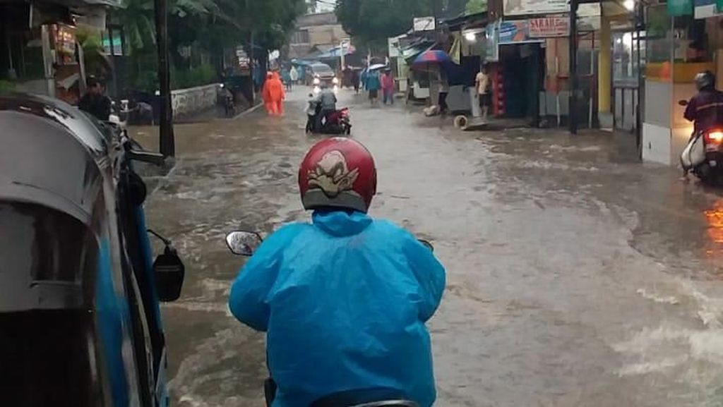 Kemang Utara Terendam Banjir, Lalu Lintas Terganggu