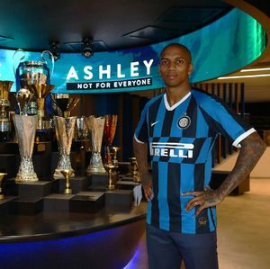 Ashley Young Resmi Berseragam Inter Milan