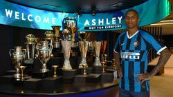 Ashley Young Resmi Berseragam Inter Milan