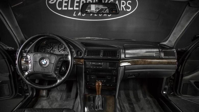 Mobil yang menjadi saksi bisu kematian rapper Tupac Shakur dikabarkan dijual. Mobil itu dijual seharga USD 1,75 Juta atau sekitar Rp 23,5 miliar. Penasaran?