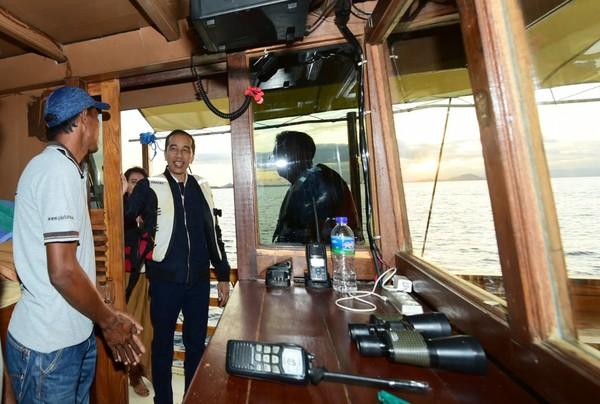 Presiden Jokowi juga menilai kesiapan faktor keamanan dan keselamatan, seperti ketersediaan pelampung, radio komunikasi di kapal, dan peralatan lainnya (Muchlis Jr/Biro Pers Sekretariat Presiden)