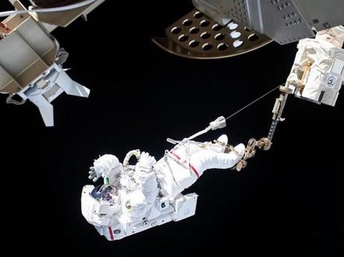 Astronaut perempuan saat melakukan spacewalk, aksi berbahaya di luar angkasa.