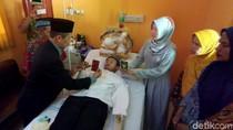 Momen Pernikahan Sepasang Kekasih di Rumah Sakit Ini Bikin Haru