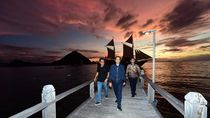 Video Jokowi Berperahu Pinisi Nikmati Sunset di Labuan Bajo