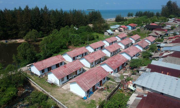 Foto udara rumah khusus nelayan yang baru selesai dibangun Kementerian PUPR di Pariaman, Sumatera Barat, Minggu (19/1/2020).