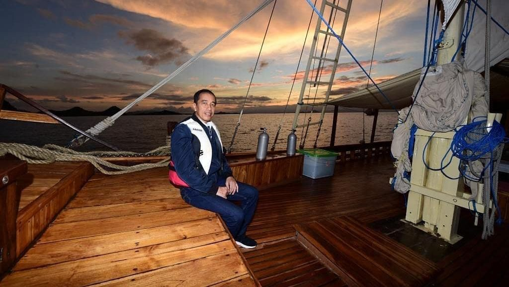 Foto: Gaya Presiden Jokowi Naik Kapal Wisata di Labuan Bajo