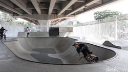 Saat ini, ada banyak spot menarik untuk olahraga di berbagai sudut kota Jakarta. Salah satunya adalah skate park di kolong flyover Pasar Rebo, Jakarta Timur.