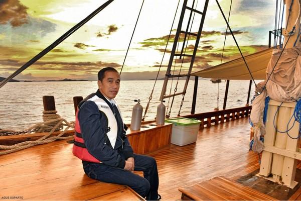 Selayaknya wisatawan, Jokowi juga berpose dengan latar panorama senja Labuan Bajo (Agus Suparto/Presidential Palace)