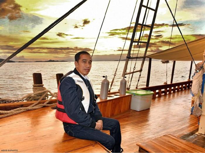Jokowi menaiki kapal pinisi di Labuan Bajo, NTT.