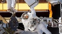 Aksi Berbahaya Astronaut Perempuan Berjalan di Luar Angkasa