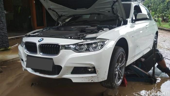 Mobil BMW terkena banjir di Jakarta,Januari 2020