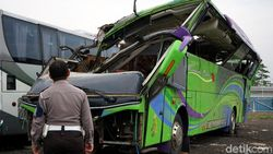 Polisi Olah TKP, Ini Dugaan Sementara Bus Terguling di Ciater Subang
