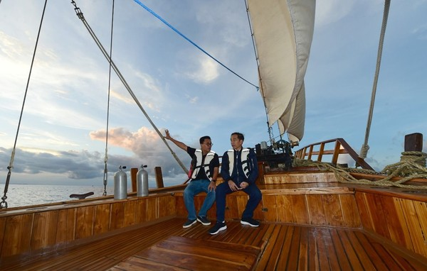 Jokowi menjajal Kapal Phinisi Felicia, salah satu kapal wisata di Labuan Bajo dan menikmati suasana sunset dari atas perairan (Muchlis Jr/Biro Pers Sekretariat Presiden)
