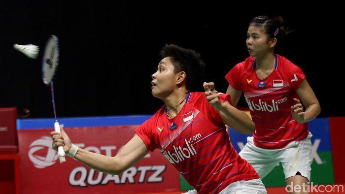 Greysia Polii/Apriyani Rahayu meraih gelar nomor ganda putri Daihatsu Indonesia Masters 2020. Mereka juara usai melewati duel tiga gim di final.