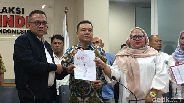 Gerindra pun turut serta memamerkan surat persetujuan yang ditandatangani PKS terkait dua nama baru itu.
