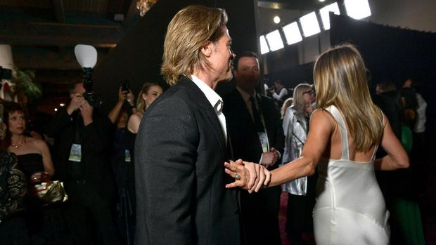 Brad Pitt terekam menggenggam tangan Jennifer Aniston di belakang panggung SAG Awards 2020.