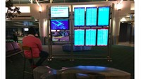 Pria Nekat Pakai Monitor Bandara Buat Nge-game