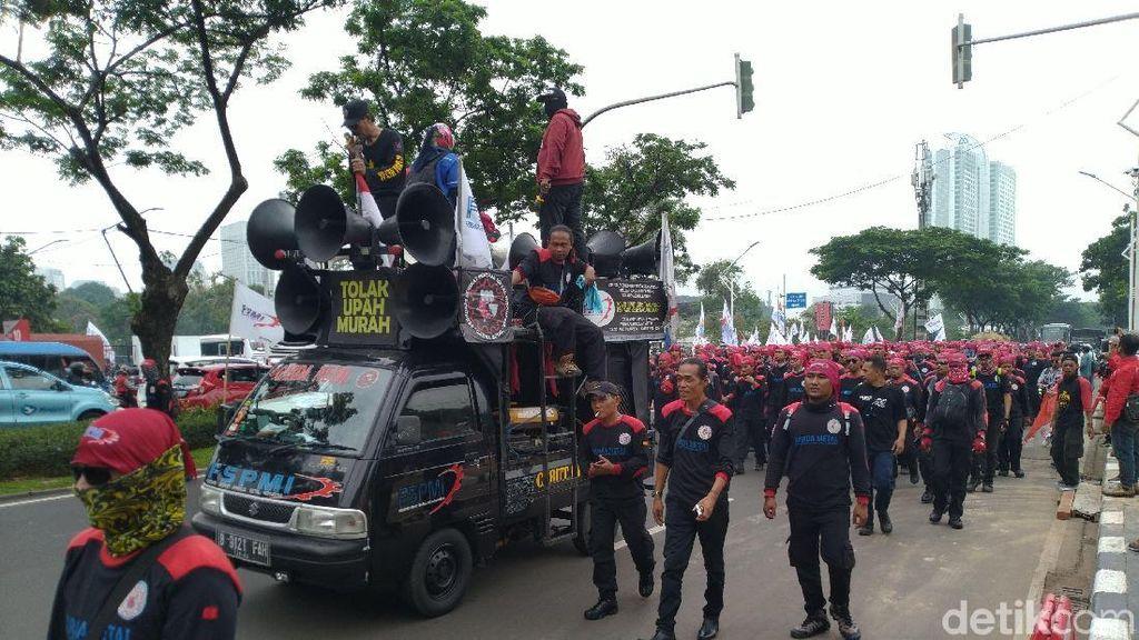 Demo Tolak Omnibus Law, Massa Buruh Long March dari Gerbang Pemuda ke DPR