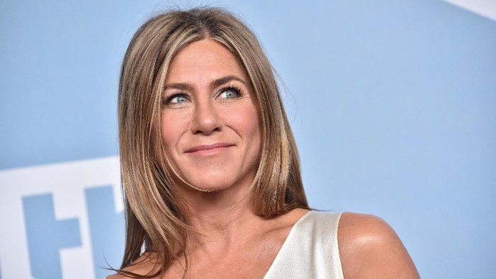 LOS ANGELES, CALIFORNIA - JANUARY 19: Jennifer Aniston, winner of Outstanding Performance by a Female Actor in a Drama Series for The Morning Show, poses in the press room during the 26th Annual Screen Actors Guild Awards at The Shrine Auditorium on January 19, 2020 in Los Angeles, California. 721430 (Photo by Gregg DeGuire/Getty Images for Turner)