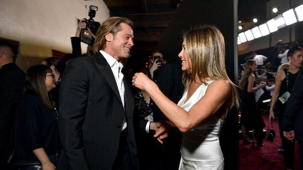 Angelina Jolie Jadi Meme Kocak di Antara Reuni Pitt dan Aniston