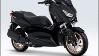 """20 Januari Yamaha merilis varian baru pada dua skutik populer MAXI Yamaha Xmax dan Aerox 155 VVA """"MAXI Signature"""". Edisi istimewa itu tampil dengan warna Matte Black yang merupakan warna ciri khas MAXI dilengkapi sentuhan aksen emas. Ada logo """"MAXI Signature"""" yang menempel pada body motor dan gold cast wheel (velg). Foto: dok. PT Yamaha Indonesia Motor Manufacturing (YIMM)"""