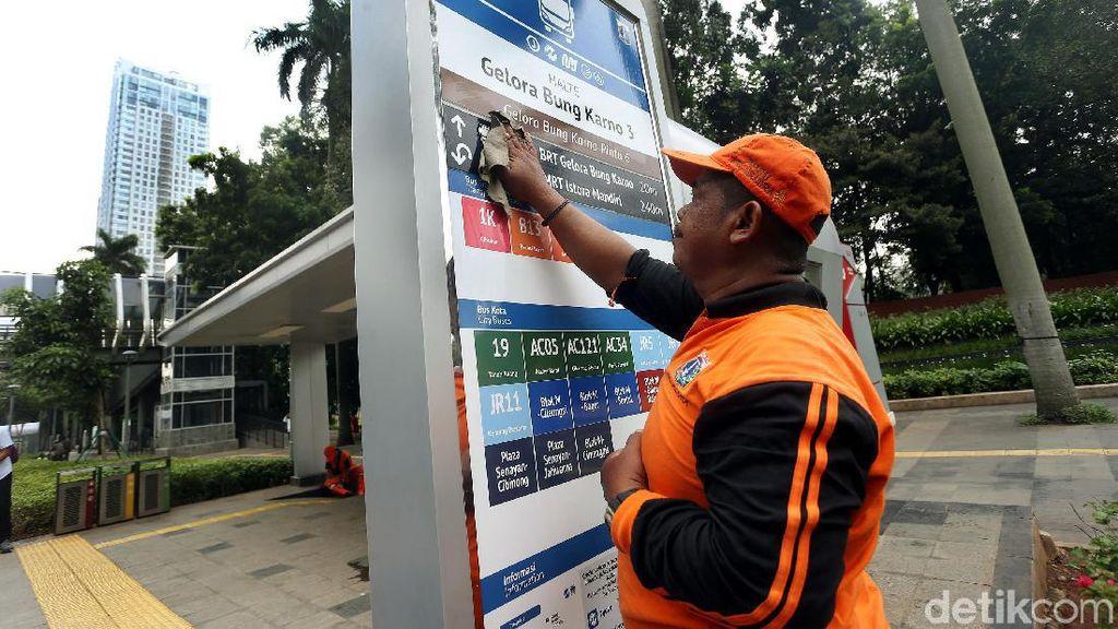 Aksi Pasukan Oranye Bersih-bersih Halte di Kawasan Sudirman