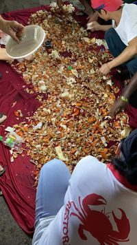 Keren! Pegawai Resto Bantu Cari Cincin Pengunjung di Lautan Sampah Kepiting
